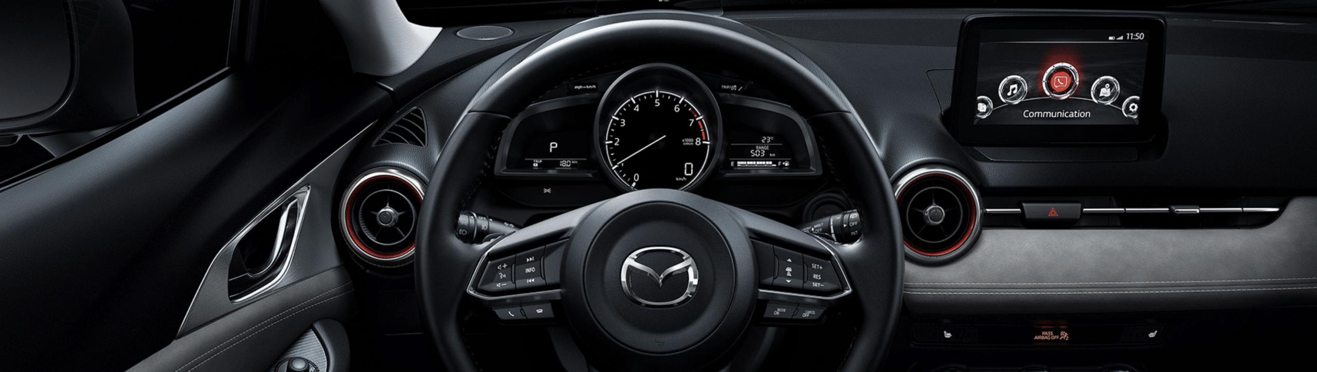 Volant et dashboard intérieur dans le Mazda CX-3 2020