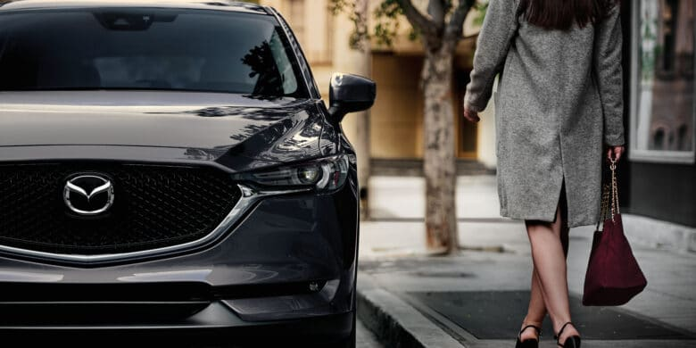 Femme qui se dirige vers la porte conducteur du Mazda CX-5 2020