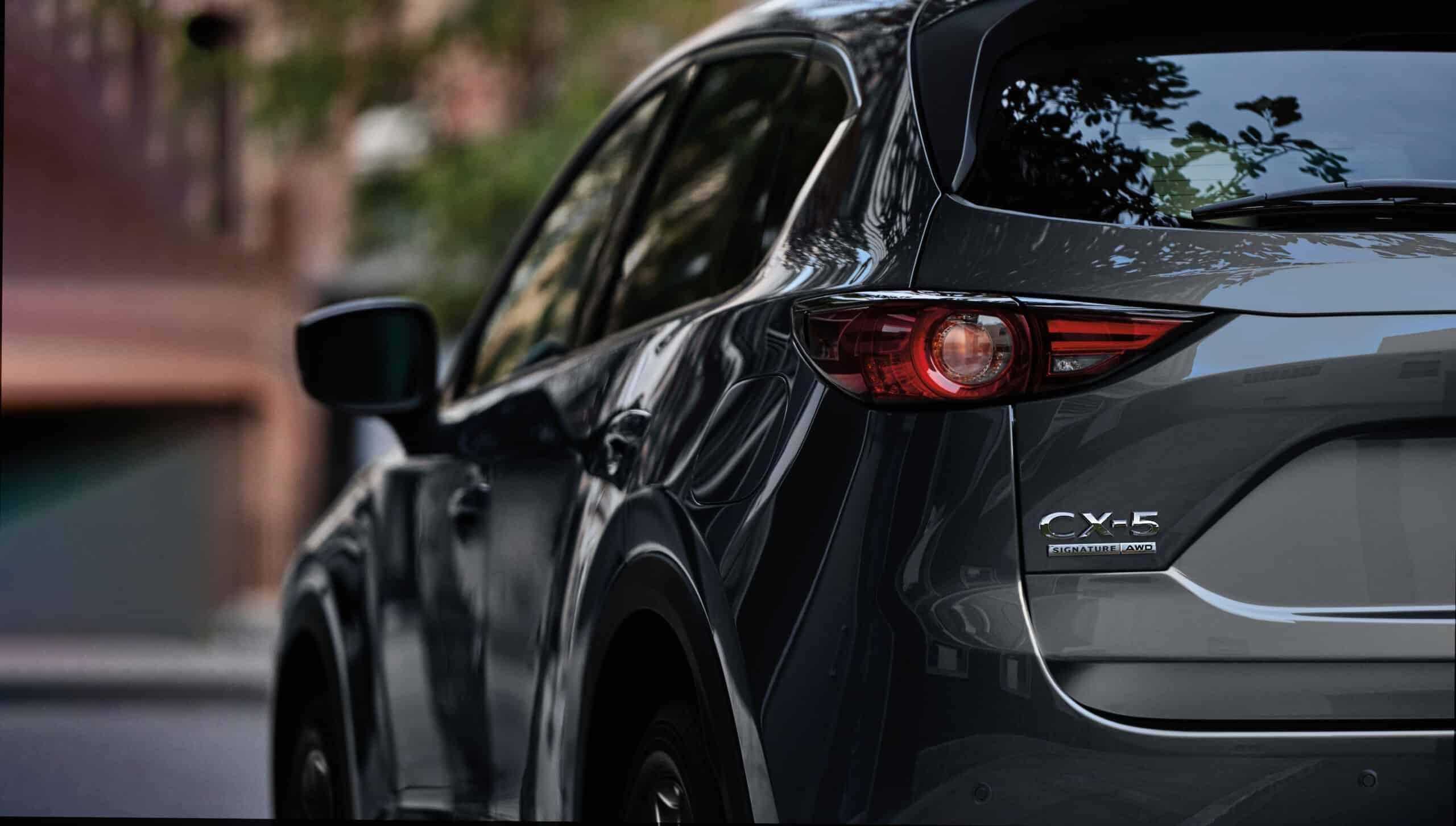 Vue rapprochée des feux arrières gauche du Mazda CX5-2020