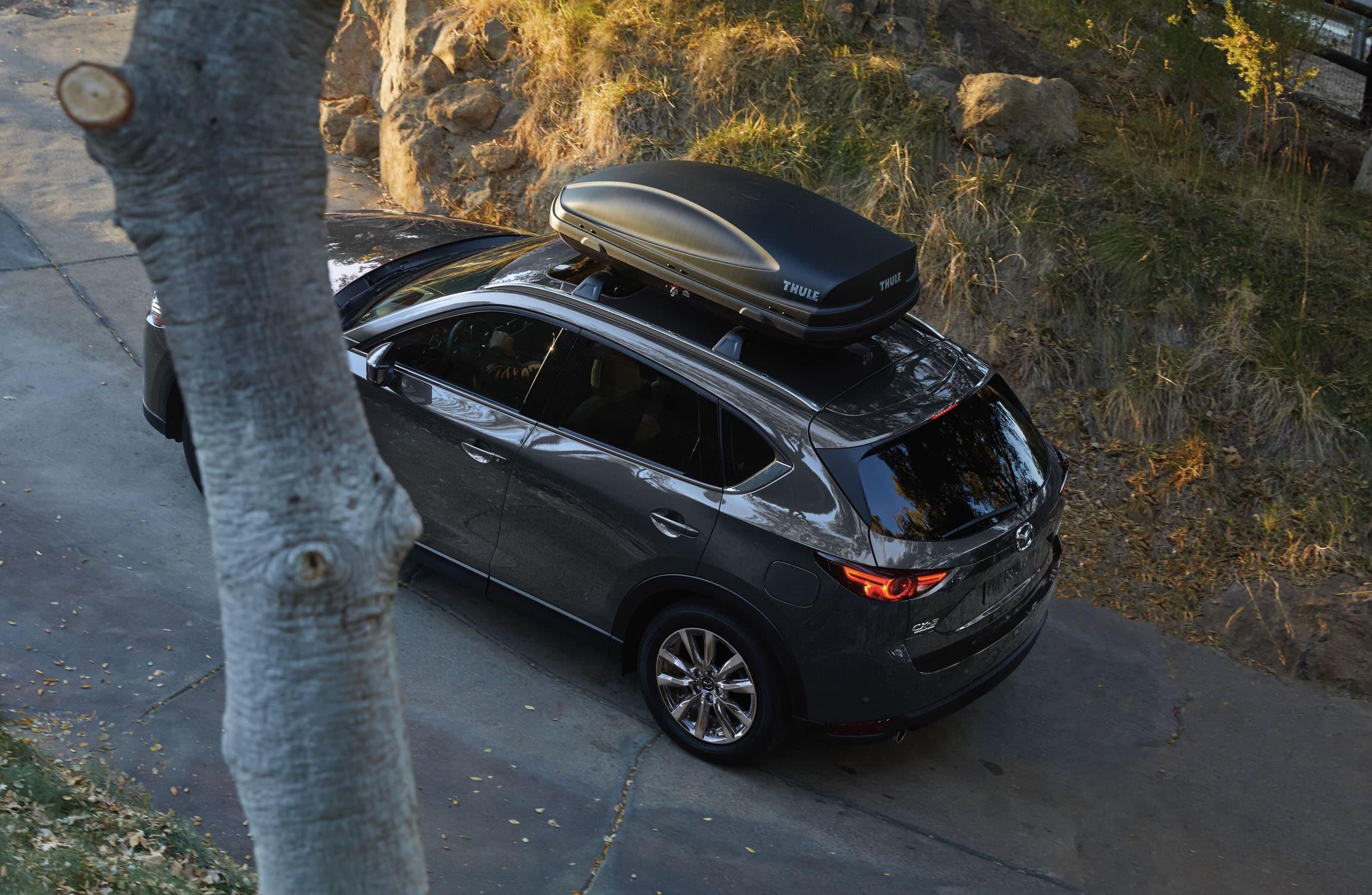 Vue de haut du Mazda CX-5 2020 gris avec coffre sur le toit