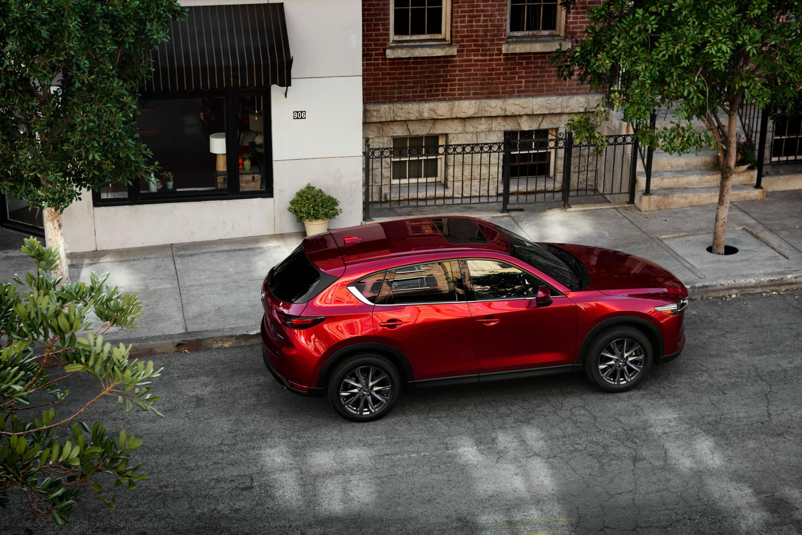 Vue de haut du Mazda CX-5 2020 rouge