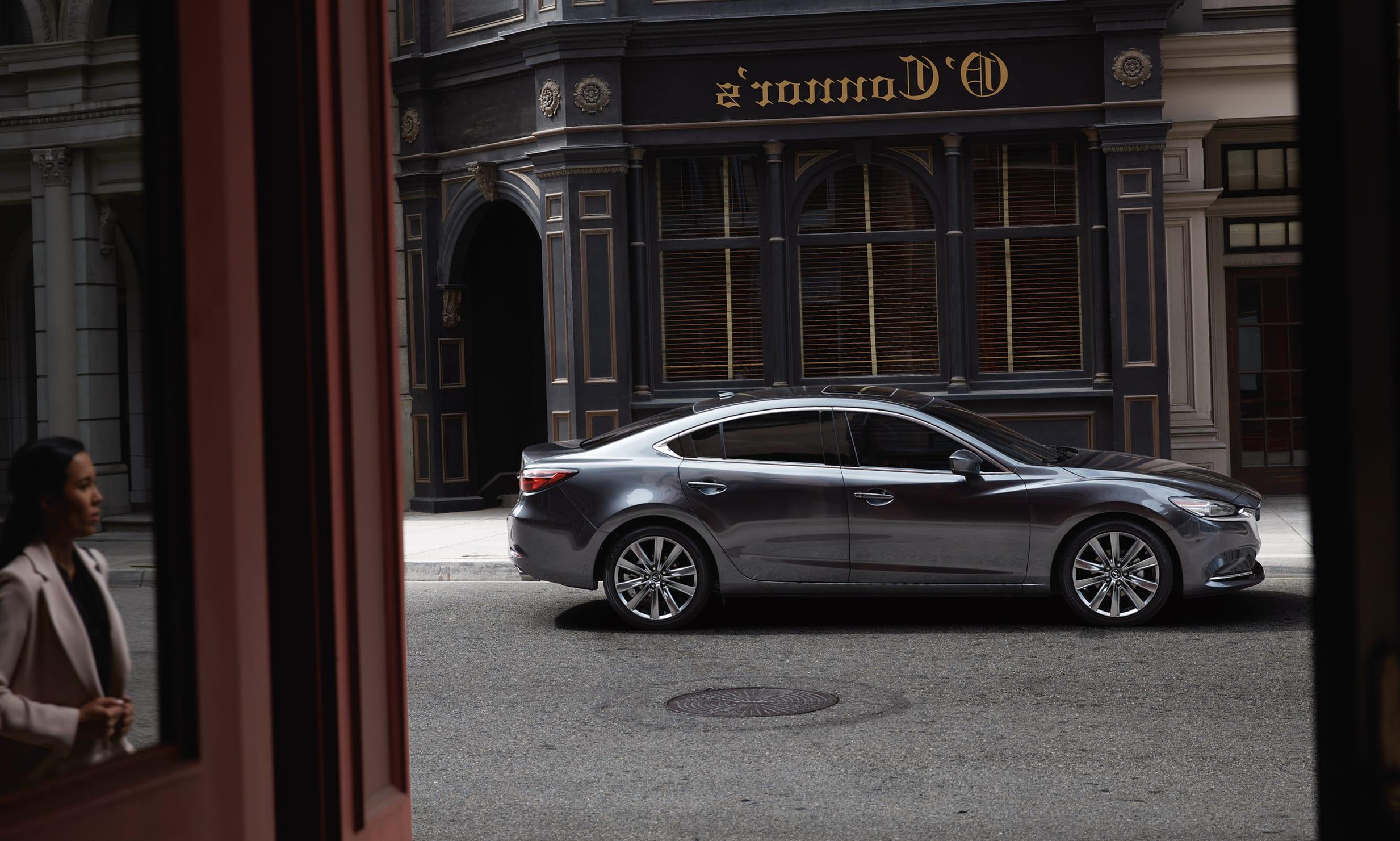 Vue de côté de la Mazda6 2020 grise