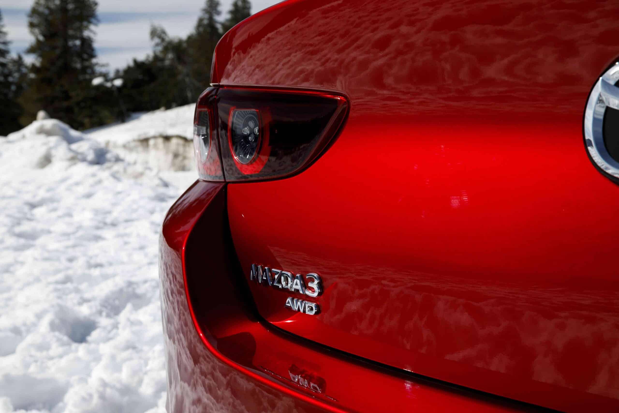 Vue rapprochée du feu arrière du Mazda3 2021